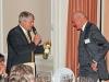 Dr. Peter Schuster, Badischer Winzerkeller eG, überreicht Manfred Nüssel ein Weinpräsent