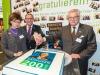 Frau Worsch, DRV-Präsident Holzenkamp und Herr Böhnke schneiden die Jubiläumstorte an