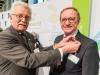 """Werner Böhnke zeichnet Präsident Holzenkamp mit dem """"Raiffeisen200""""-Sticker aus"""